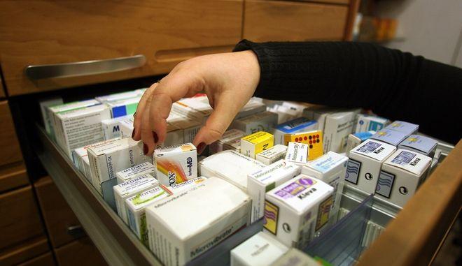 Σταματούν από σήμερα 1η Μαρτίου την πίστωση στα ασφαλιστικά ταμεία για τα φάρμακα,οι φαρμακοποιοί.Εντομεταξύ οι αντιδράσεις σχετικά με το πρόσφατο νομοσχέδιο που αφορά τα γενόσημα φάρμακα συνεχίζονται,Πέμπτη 1 Μαρτίου 2012 (EUROKINISSI/ΤΑΤΙΑΝΑ ΜΠΟΛΑΡΗ)