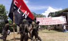 Μέλη του Εθνικού Απελευθερωτικού Στρατού με τη σημαία του ELN σε ορεινή περιοχή στη βόρεια Κολομβία