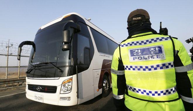 Λεωφορείο σταματά σε έλεγχο των αρχών στη Βόρεια Κορέα