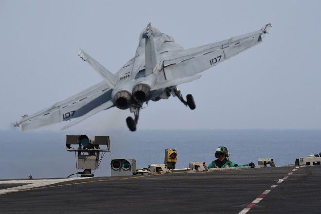 Μαχητικό αεροσκάφος απογειώνεται από το κατάστρωμα του αεροπλανοφόρου USS Harry Truman, κατά τη διάρκεια άσκησης στη Μεσόγειο, 2018