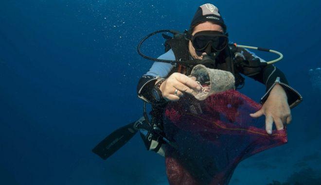 Επιστήμονες από την Ελλάδα και τη Βρετανία ανέπτυξαν μία νέα μέθοδο ανίχνευσης πλαστικών που επιπλέουν στις θάλασσες.(AP Photo/Thomas Hartwell)