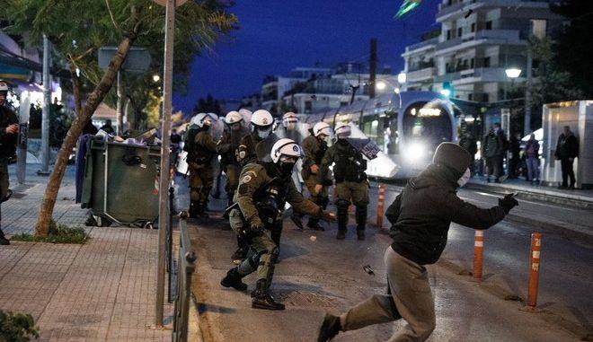 Επεισόδια μεταξύ της αστυνομίας και πολιτών στην Πλατεία της Ν.Σμύρνης