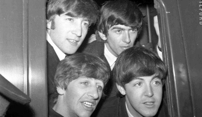 Οι Beatles ξεπροβάλλουν από το παράθυρο αμαξοστοιχίας που ετοιμάζεται να αναχωρήσει από τον σταθμό του Πάντινγκτον