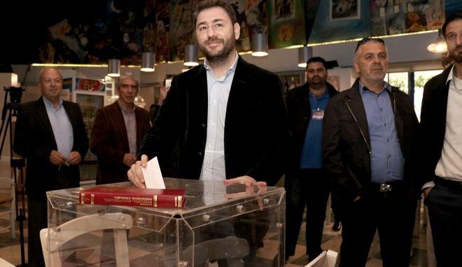 Ο υπόψήφιος για την ηγεσία του νέου φορέα της Κεντροαριστεράς Νίκος Ανδρουλάκης ψηφίζει στο εκλογικό τμήμα του Ηρακλείου Κρήτης στον β' γύρο των εκλογών, την Κυριακή 19 Νοεμβρίου 2017. (EUROKINISSI/ΣΤΕΦΑΝΟΣ ΡΑΠΑΝΗΣ)