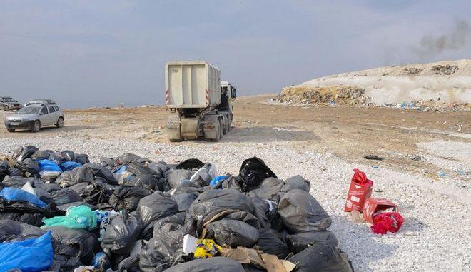 Στιγμιότυτπο από τον ΧΥΤΑ της Φυλής μετά την τέταρτη στη σειρά προσπάθεια απόρριψης επικίνδυνων ιατρικών αποβλήτων την Δευτέρα 16 Δεκεμβρίου 2013. (EUROKINISSI/ΚΩΣΤΑΣ ΚΟΜΙΝΗΣ)