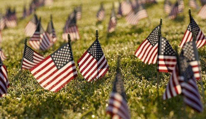 Ακτιβιστές άφησαν σημαίες των ΗΠΑ με αφορμή τον θάνατο 200.000 ανθρώπων από τον κορονοϊό