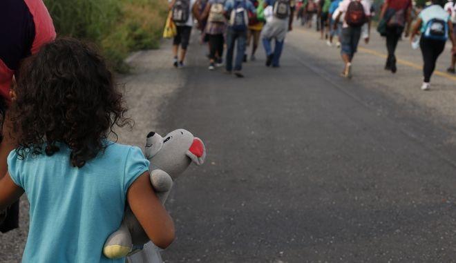 Κοριτσάκι σε καραβάνι μεταναστών - φωτό αρχείου