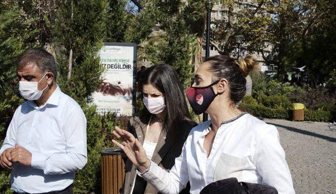 Άνθρωποι φορούν μάσκα στην Τουρκία