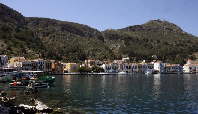 Στιγμιότυπο από το Καστελόριζο ή Μεγίστη, το οποίο βρίσκεται στο νοτιοανατολικότερο άκρο της Ελλάδας, 1,25 ναυτικά μίλια από τις νοτιοδυτικές ακτές της Τουρκίας και 72 ναυτικά μίλια ανατολικά της Ρόδου. Το Καστελόριζο είναι η μεγαλύτερη νησίδα μικρού αρχιπελάγους που περιλαμβάνει τα βραχονήσια  Άγιο Γεώργιο, Αγριέλαια, Μαύρο Ποινί, Πολύφαδο, Ρω, Στρογγυλή, Ψωμί και Ψωραδιά. Ο μοναδικός οικισμός του νησιού, το Καστελόριζο, βρίσκεται γύρω από το φυσικό λιμάνι, αποτελείται από τις συνοικίες Πηγάδια, Χωράφια και Μανδράκι και είναι γεμάτο από παλιά αρχοντικά, τα περισσότερα από τα οποία έχουν ερημώσει. (EUROKINISSI // ΤΑΤΙΑΝΑ ΜΠΟΛΑΡΗ)
