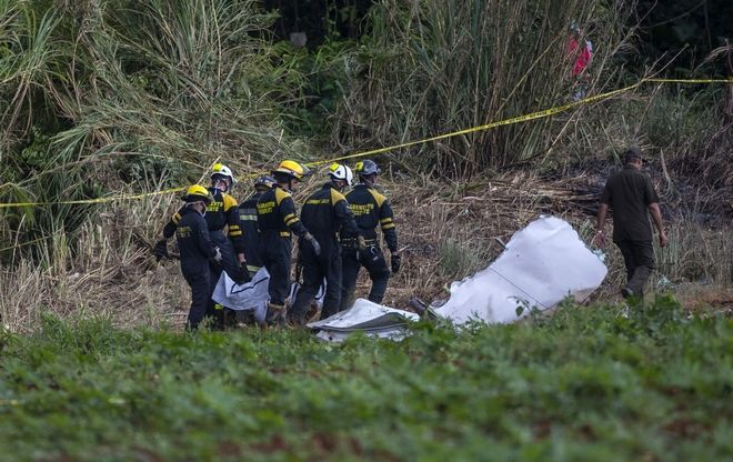 Άνδρες των ειδικών δυνάμεων αντιμετώπισης καταστροφών της Κούβας ανασύρουν νεκρούς από το σημείο της συντριβής του Boeing 737 που κατέπεσε στο νησί