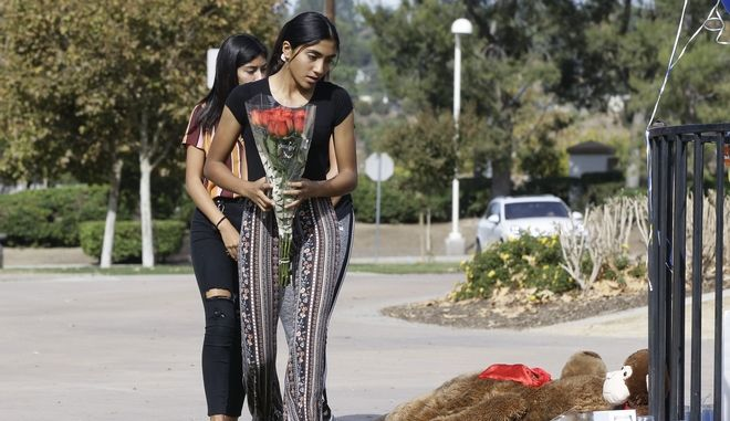Κατάθεση λουλουδιών στη μνήμη των δύο μαθητών που έχασαν τη ζωή τους από επίθεση 16χρονου σε σχολείο στην Καλιφόρνια