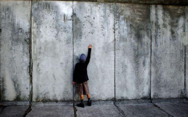 Όταν έπεφτε το Τείχος του Βερολίνου - Αφιερώματα   News 24/7