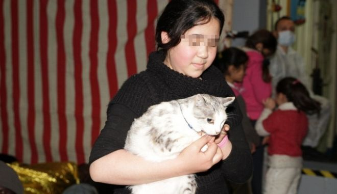 Η μικρή μετανάστρια που διέσχισε τη Μεσόγειο με τη γάτα της