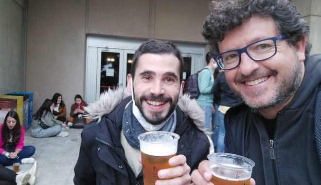 Ο Ερνέστ, μαζί με τον φίλο του Οριόλ λίγο πριν μπουν στον συναυλιακό χώρο