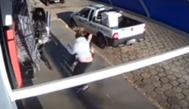 Αδιανόητη τύχη: Γυναίκα γλιτώνει από ιπτάμενη μηχανή