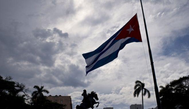 H σημαία της Κούβας κυματίζει μεσίστια μετά το πολύνεκρο αεροπορικό δυστύχημα