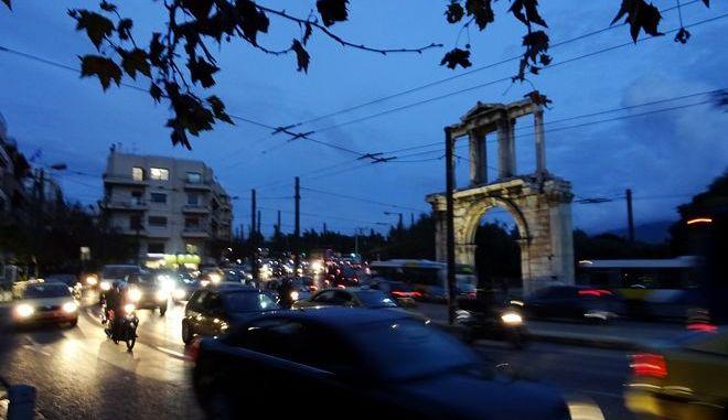 Η κίνηση των οχημάτων μπροστά στην Πύλη του Αδριανού