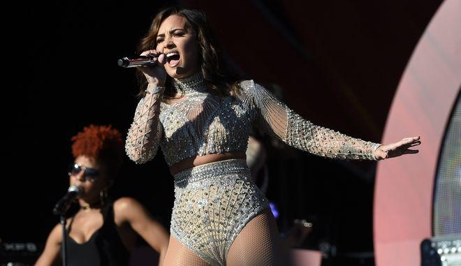 Η Αμερικανίδα τραγουδίστρια Demi Lovato επί σκηνής