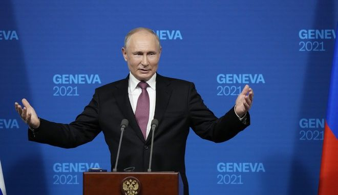 Ο Βλαντίμιρ Πούτιν στη συνέντευξη Τύπου που έδωσε μετά τη συνάντηση με τον Τζο Μπάιντεν στη Γενεύη