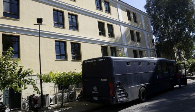 Μέτρα ασφαλείας στα δικαστήρια της οδού Ευελπίδων από την Ελληνική Αστυνομία την Κυριακή 29 Οκτωβρίου 2017. Ο 29χρονος που φέρεται να σχετίζεται με την αποστολή φακέλων με εκρηκτικούς μηχανισμούς στον πρώην πρωθυπουργό Λουκά Παπαδήμο αλλά και σε αξιωματούχους της Ευρωπαϊκής Ένωσης, οδηγήθηκε στα δικαστήρια της Ευελπίδων για συμπληρωματική δίωξη, αναφορικά με τα ευρήματα που εντοπίστηκαν στο σπίτι του στην πλατεία Αττικής και αφού παρουσιάστηκε στο Εφετείο ενώπιον του ειδικού εφέτη ανακριτή για να εκτελεστεί το ένταλμα σύλληψης. Όπως έγινε γνωστό, κατά τη σύλληψή του  εξερχόμενος από πολυκατοικία, όπου είχε νοικιάσει διαμέρισμα με τη χρήση πλαστών στοιχείων ταυτότητας, έφερε 3 ταξιδιωτικούς σάκους, τσαντάκι μέσης και σακούλα σκουπιδιών, που μεταξύ άλλων περιείχαν 8 πλαστές ταυτότητες, όπλα, εκρηκτική ύλη. κ.α. (EUROKINISSI/ΓΙΑΝΝΗΣ ΠΑΝΑΓΟΠΟΥΛΟΣ)