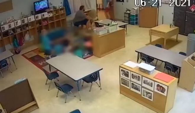 Η στιγμή που δάσκαλος σπρώχνει με βία 4χρονο κοριτσάκι