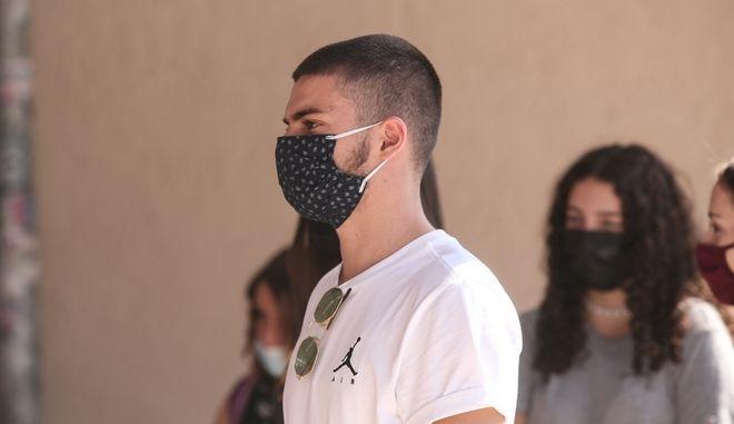 Έφηβοι με μάσκα προστασίας