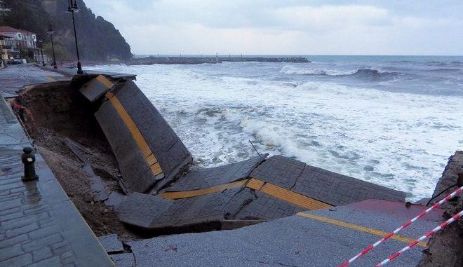 Πήλιο: Κατέρρευσε παραλιακός δρόμος από την ισχυρή βροχόπτωση pilio1