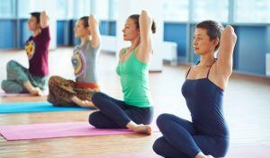 Γυναίκες κάνουν yoga σε γκρουπ