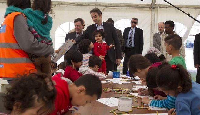 Την Ανοιχτή Δομή Φιλοξενίας Προσφύγων, στον Ελαιώνα, επισκέφθηκε το Σάββατο 27 Φεβρουαρίου, ο Πρόεδρος της Νέας Δημοκρατίας υριάκος Μητσοτάκης, όπου και ενημερώθηκε από το Δήμαρχο Αθηναίων Γιώργο Καμίνη, για τη λειτουργία της Δομής και τον ξενάγησε στο χώρο, έκτασης 12 στρεμμάτων, που φιλοξενεί 700 πρόσφυγες. (EUROKINISSI)