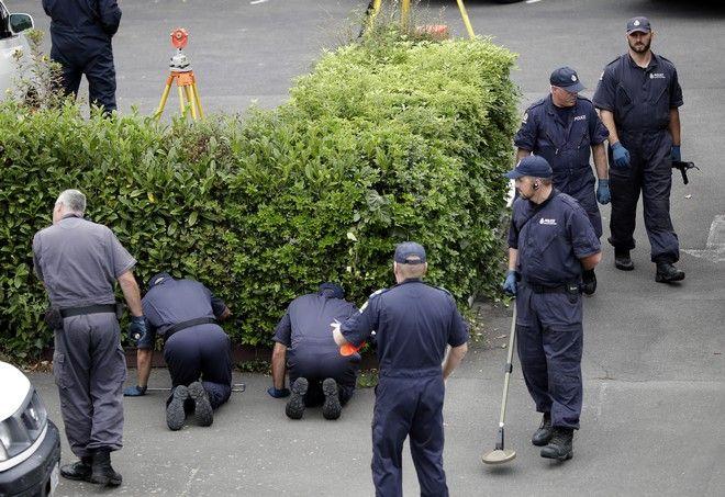 Αστυνομικοί ψάχνουν για στοιχεία έξω από το τέμενος Masjid Al Noor
