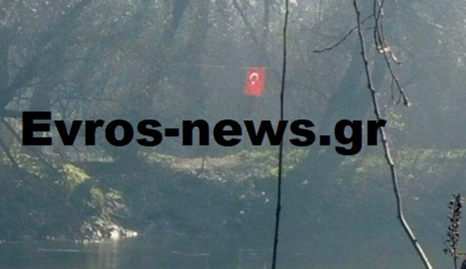 Νέα πρόκληση: Κρέμασαν τουρκική σημαία σε νησίδα στο Διδυμότειχο
