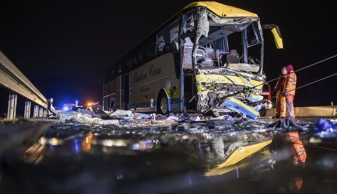 Φωτογραφία από τη σύγκρουση μεταξύ του λεωφορείου και του φορτηγού
