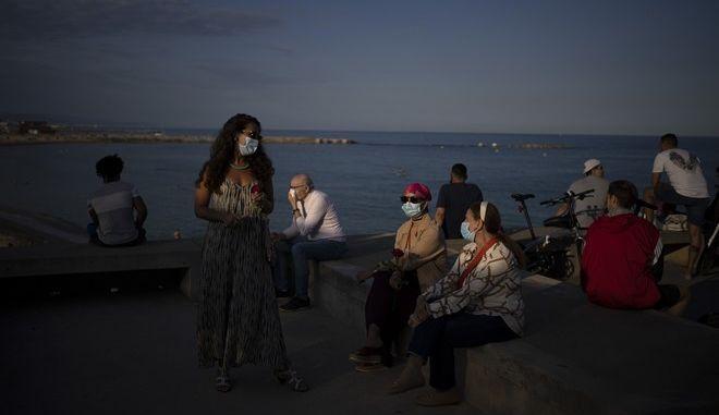 Κόσμος με μάσκες σε παραλία της Βαρκελώνης