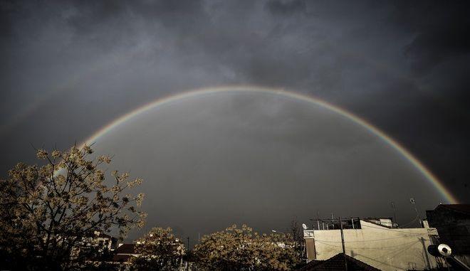 """Διπλό ουράνιο πάνω από την πόλη των Τρικάλων κατα την διάρκεια έντονης βροχόπτωσης το απόγευμα της Δευτέρας 27 Νοεμβρίου 2107. Το διπλό ουράνιο τόξο είναι ένα σπάνιο φαινόμενο. Το εσωτερικό τόξο είναι πολύ φωτεινότερο και καθαρότερο, και γι' αυτό ονομάζεται """"πρωτεύον ουράνιο τόξο"""". Το εξωτερικό ή """"δευτερεύον"""" είναι πιο αχνό και έχει τα χρώματα αντίθετα, δηλαδή το βιολετί και ερυθρό είναι προς την εσωτερική πλευρά ακριβώς επειδή στην ουσία το δευτερεύον αποτελεί αντανάκλαση του πρωτεύοντος μέσα από τις σταγόνες της βροχής. Η σκοτεινή περιοχή ανάμεσα στα δύο τόξα ονομάζεται """"Ζώνη του Αλεξάνδρου"""". Πρώτος ο Αλέξανδρος ο Αφροδισιεύς (Έλληνας περιπατητικός φιλόσοφος του 3ου αιώνα) την περιέγραψε και ονομάστηκε έτσι προς τιμήν του. (EUROKINISSI/ΘΑΝΑΣΗΣ ΚΑΛΛΙΑΡΑΣ)"""