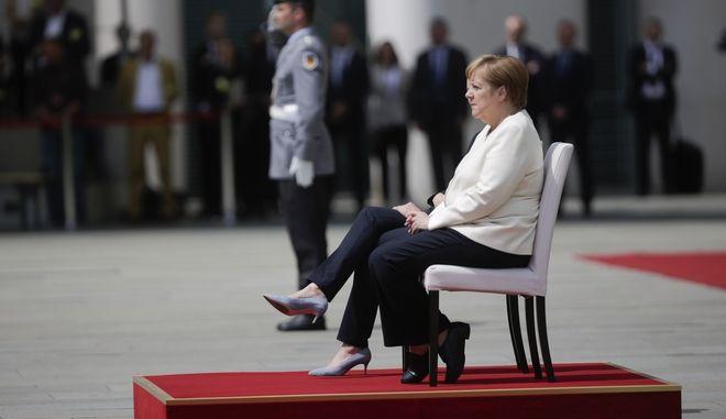Αντιμετώπισε καθιστή την πρωθυπουργό Δανίας η Μέρκελ