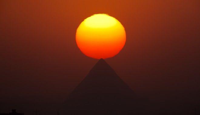 O ήλιος δύει πάνω από τις πυραμίδες της Γκίζας