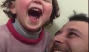 Σύριος πατέρας μαθαίνει στο μωρό του να γελάει κάθε φορά που πέφτουν βόμβες