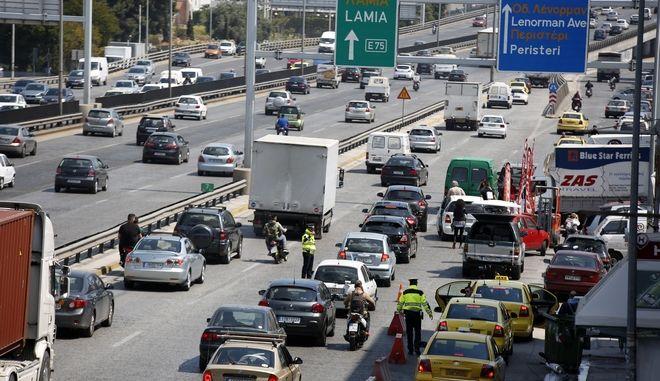 Αυτοκίνητα κινούνται στην Εθνική Οδό Αθηνών - Λαμίας την Μεγ. Πέμπτη 13 Απριλίου 2017. (EUROKINISSI/ΣΤΕΛΙΟΣ ΜΙΣΙΝΑΣ)