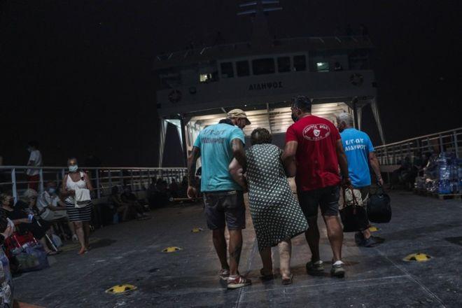 Άνθρωποι εγκαταλείπουν τις εστίες τους στην Εύβοια