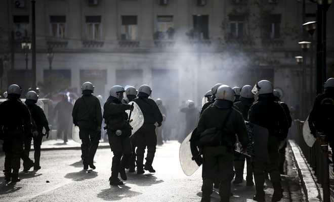 Ενταση επικράτησε στα Προπύλαια μεταξύ ΜΑΤ και αγνώστων κρανοφόρων, Κυριακή 4/2/2018. (EUROKINISSI/ΣΤΕΛΙΟΣ ΜΙΣΙΝΑΣ)
