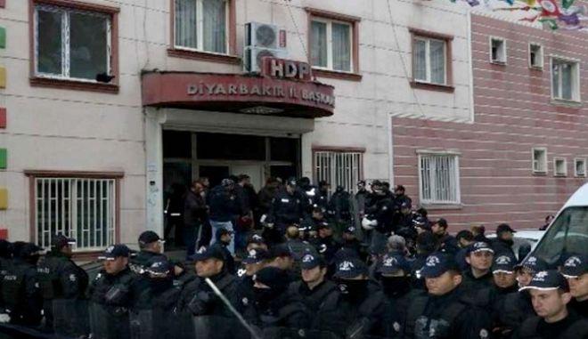 Αστυνομία έξω από τα γραφεία του HDP