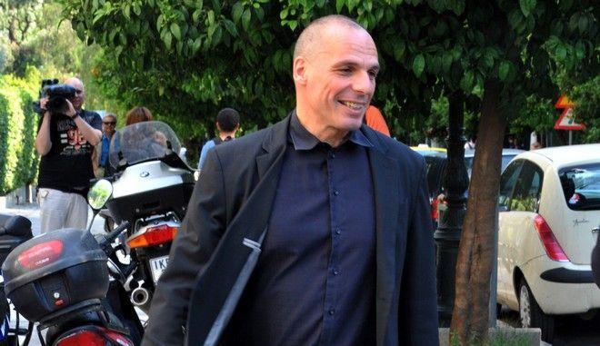 Ο υπουργός Οικονομικών Γιάνης Βαρουφάκης αποχωρεί από το Μέγαρο Μαξίμου μετά την σύσκεψη με τον πρωθυπουργό Αλέξη Τσίπρα την Πέμπτη 4 Ιουνίου 2015. (EUROKINISSI/ΤΑΤΙΑΝΑ ΜΠΟΛΑΡΗ)