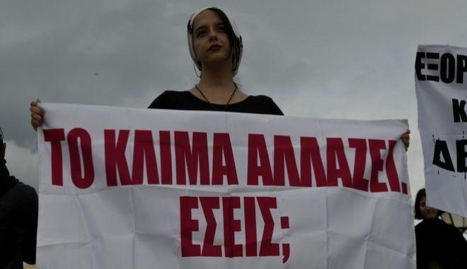 Συγκέντρωση διαμαρτυρίας στην Πλατεία Συντάγματος έξω από την Βουλή,ενάντια στο περιβαλλοντικό Νομοσχέδιο της κυβέρνησης που ξεκίνησε να συζητείται σήμερα στην ολομέλεια, Πέμπτη 4 Μαϊου 2020 (EUROKINISSI/ΤΑΤΙΑΝΑ ΜΠΟΛΑΡΗ)