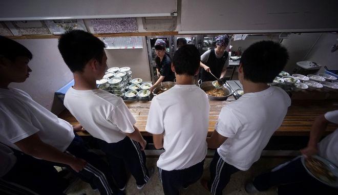 Στιγμιότυπο από κυλικείο σε ιαπωνικό σχολείο