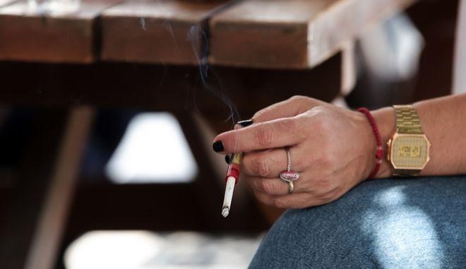 Εφαρμογη του αντικαπνιστικου νομου σε όλους τους δημόσιους χώρους.