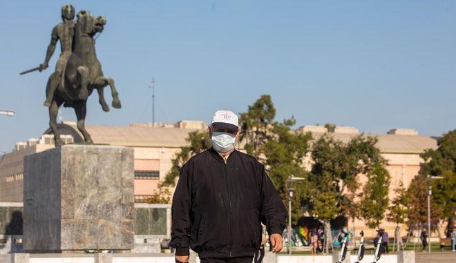 Άντρας με μάσκα στη Θεσσαλονίκη