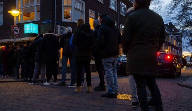 Άνθρωποι περιμένουν στην ουρά για να πάρουν λίγη μαριχουάνα στην Ολλανδία
