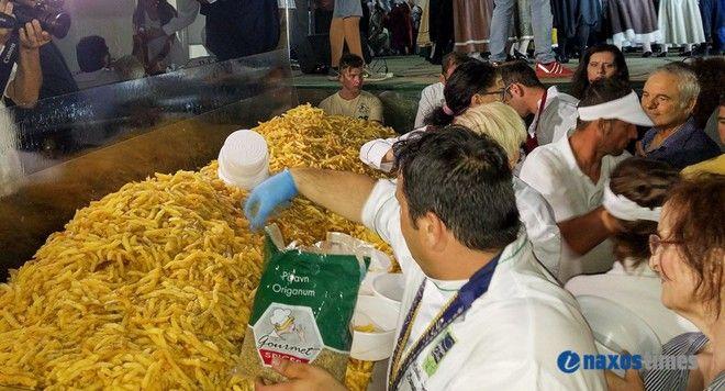 Πατάτες για ρεκόρ! Τηγάνισαν 554 κιλά στη Νάξο