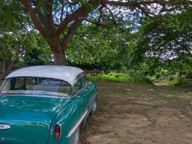 Αυτοκίνητο αντίκα έξω από τη χασιέντα Guaimaro στο Τρινιδάδ