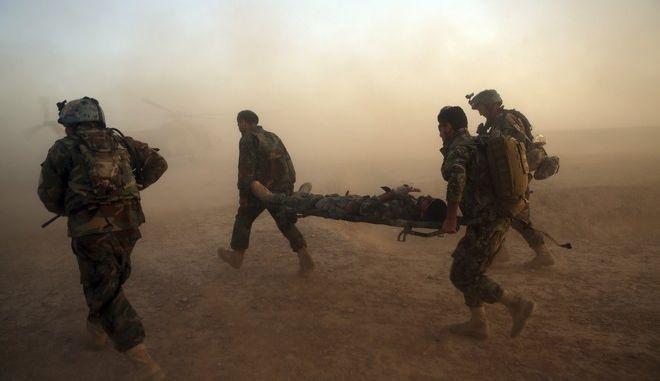 Στρατιώτες μεταφέρουν τραυματισμένο, Αφγανιστάν (ΦΩΤΟ ΑΡΧΕΙΟΥ)